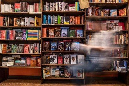 Kameralna księgarnia ma dwa skrzydła - kawę i huśtawkę! Można być więc pewnym, że odwdzięczy się za pomoc!